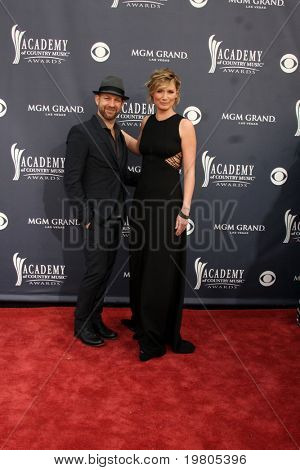 LAS VEGAS - APR 3:  Kristian Bush & Jennifer Nettles of Sugarland arriving at the Academy of Country Music Awards 2011 at MGM Grand Garden Arena on April 3, 2011 in Las Vegas, NV.