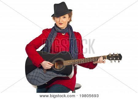 Mulher com chapéu tocando guitarra