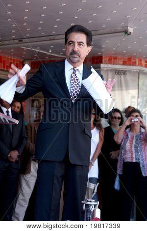 LOS ANGELES - 29 de abril: Joe Mantegna freqüentando a Hollywood Walk de fama Star cerimônia para Joe Mante