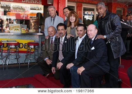 LOS ANGELES - 29 de abril: Joe Mantegna, amigos, freqüentando o Hollywood Walk de fama Star cerimônia de