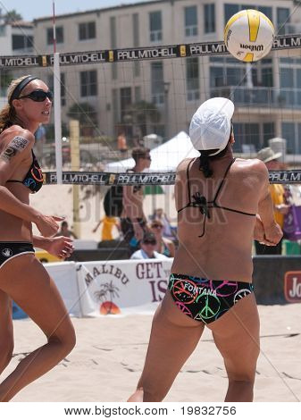 MANHATTAN BEACH, CA. - JULY 18: Barbra Fontana sets up Jenny Kropp at the AVP Manhattan Beach Open on July 18, 2009 in Manhattan Beach, CA.