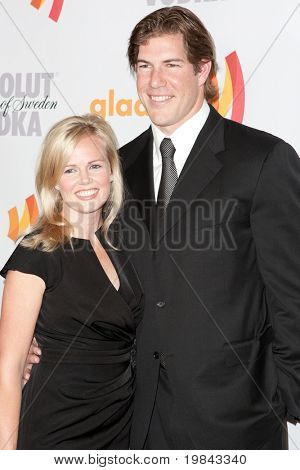 LOS ANGELES, CA. - 17 de abril: Linebacker NFL Scott Fujita e sua esposa chegarem a GLAAD anual 21