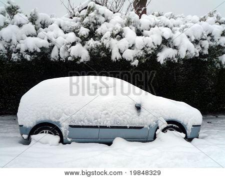 Un coche bajo la nieve