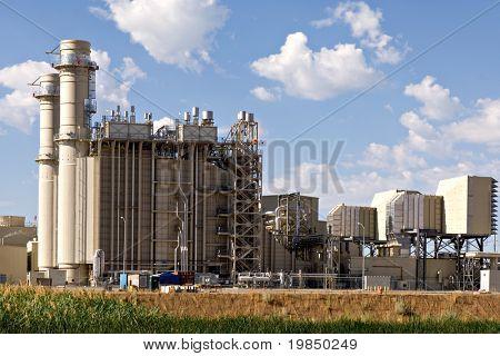 Industrielle elektrische Kraftwerk am Rande ein Sumpf