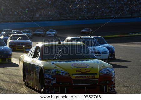 AVONDALE, AZ - 18 de abril: Kevin Harvick #29 lidera um grupo de carros na corrida NASCAR Sprint Cup em th