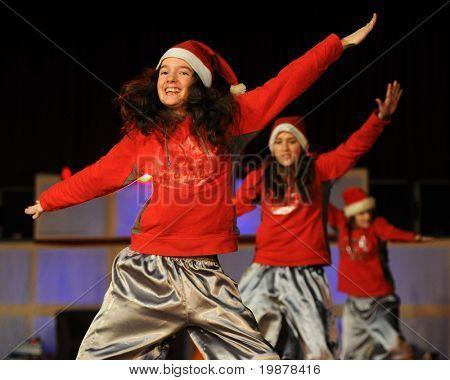 KAPOSVÁR, Hungria - 21 de dezembro: Não identificados dançarinos em ação no Gal Nita Dance Club Natal