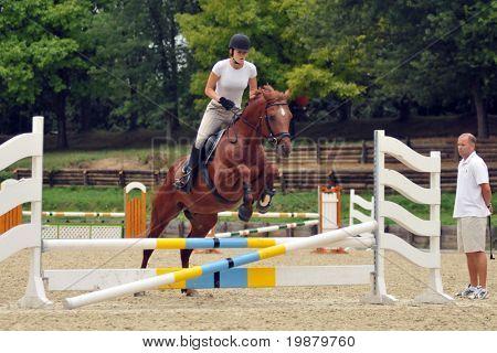 KAPOSVAR, Hungría - 5 de agosto: Zsuzsanna Voros (campeón olímpico en Pentatlón moderno) con su caballo