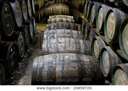 Whisky-Fässer in eine Brennerei