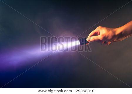 Hand holding glühend Tasche Taschenlampe Licht