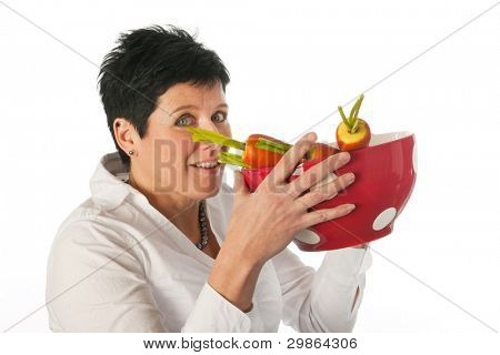 Junge Frau glücklich mit große Tasse und Karotten