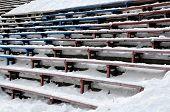 Постер, плакат: Крупным планом бэнди стадион стоит под снегом