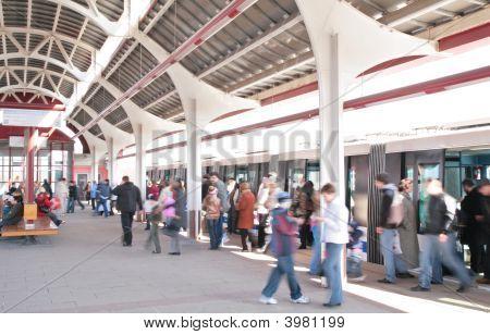 Personas en la estación de tren