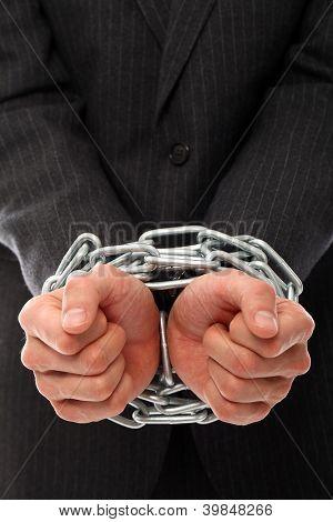 Close-up das mãos do empresário acorrentadas sobre um fundo branco