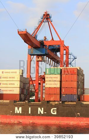 Containers under ship to shore crane