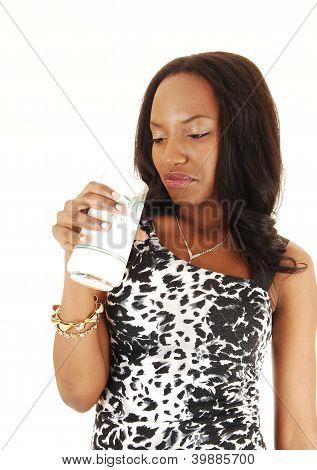 Schwarze Mädchen mag keine Milch.