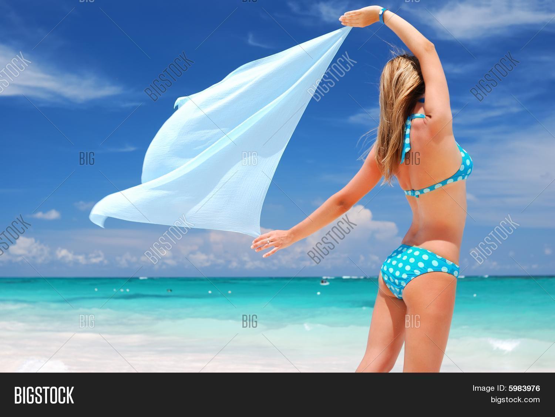 Девушка в парео на пляже фото