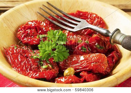 dried tomatoes in oil with herbs