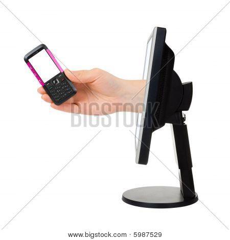 Computer-Bildschirm und Hand mit Telefon