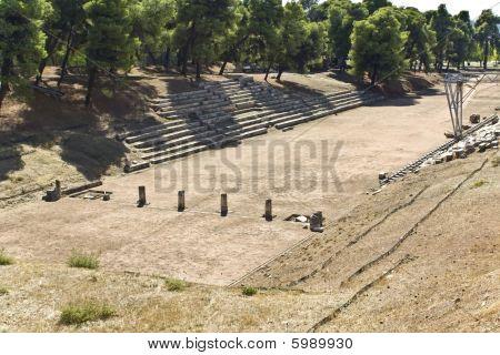 Antiguo Estadio griego clásico en Epidauro en Peloponissos, Grecia