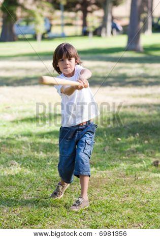 lebhaften kleinen Jungen spielen baseball