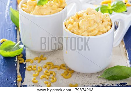 Macaroni and cheese served in mugs