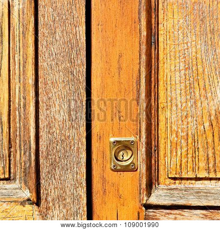 Traditional   Door    In Italy   Ancian Wood And Traditional  Texture Nail