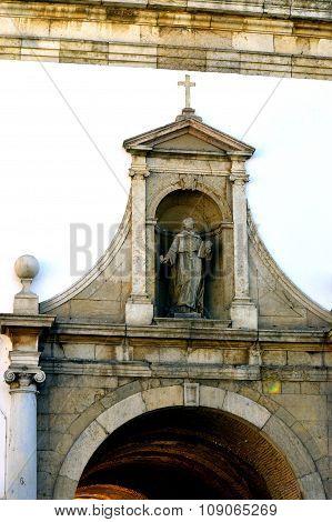 Entrance arch through the surrounding wall into Faro ol