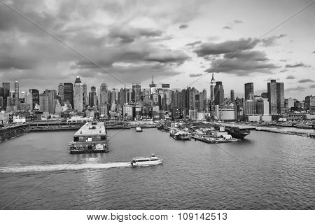 Midtown Manhattan Waterfront Bw