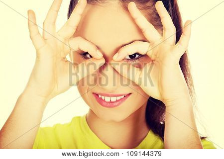 Teenager woman doing the perfect sign on eye.