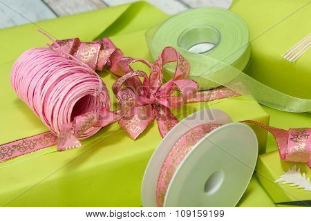 Table full of wrapping paper, ribbons and bows to decorate presents