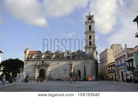 The Iglesia y Monasteio de San Francisco de Asis in the Plaza of the same name in Havana Vieja