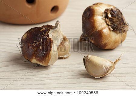Smoked organic garlic bulbs