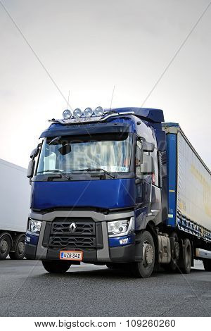 Blue Renault Trucks T Semi, Vertical Detail