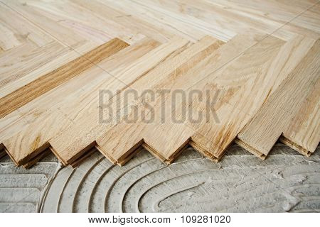 Floor construction, installing wood parquet pieces