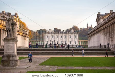 LONDON, UK - OCTOBER 31, 2015: Royal palace in South park. Classic Architecture of British empire pe