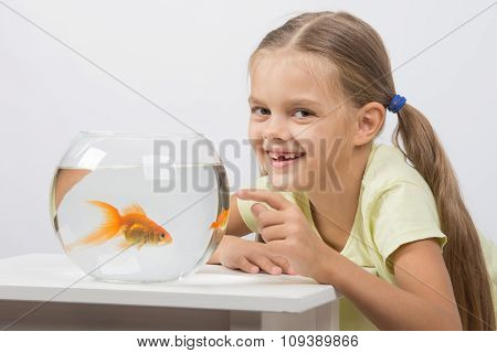 Six Year Old Girl Very Happy Donated Her Gold Fish