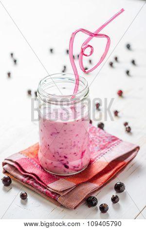 strawberry and banana smoothie, glass jar