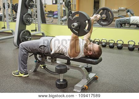 Man Doing E-Z Curl Bar Skullcrusher
