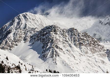 Snowy peaks blown by the wind