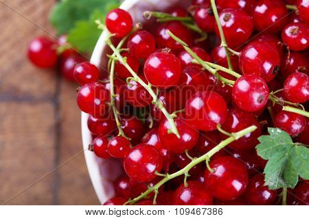 Fresh red currants in bowl close up