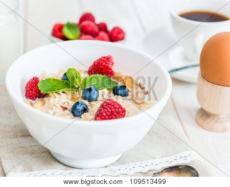 a bowl of delicious cornflakes with berries