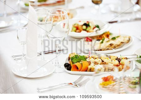 Catering services. Empty glasses set and food in restaurant