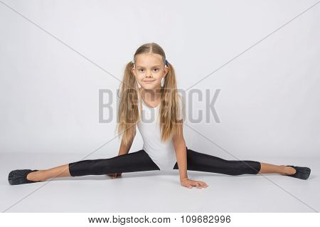 Girl Gymnast Almost Sat Down On The Twine