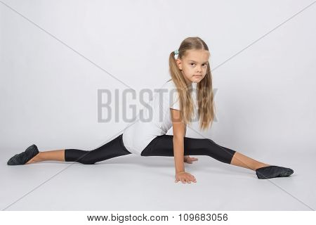 Girl Gymnast Trying To Do The Splits