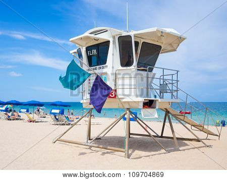 FORT LAUDERDALE,USA - AUGUST 11,2015 : Lifesaver hut and people enjoying the beach at Fort Lauderdale in Florida