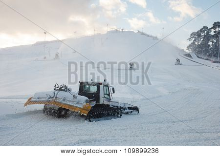 Snow moving vehicle