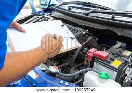 Mechanic Man Holding Clipboard And Check The Car