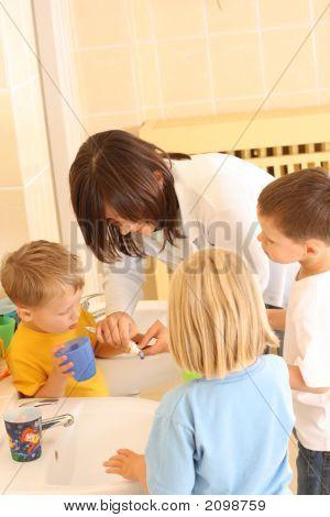 Niños en edad preescolar y dientes blancos