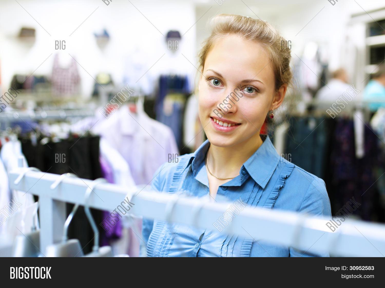 Съемки девушек в магазине одежды 5 фотография
