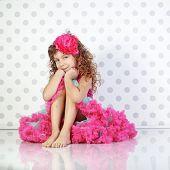 Постер, плакат: Студийный портрет милой маленькой принцессы носить юбки красивых Туту